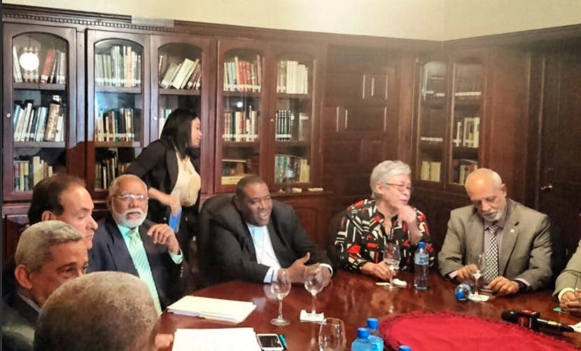 Reunión de Gobierno y Colecio Médico/Foto:  @DiarioSaludDo