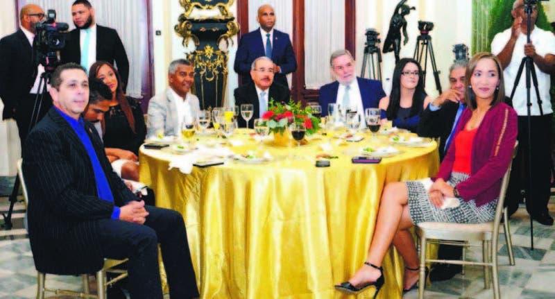 Como en ocasiones anteriores, Medina compartió la mesa con parte de los perio dístas.