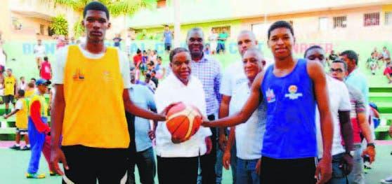 Danilo Díaz, realiza el saque en el inicio del torneo de baloncesto