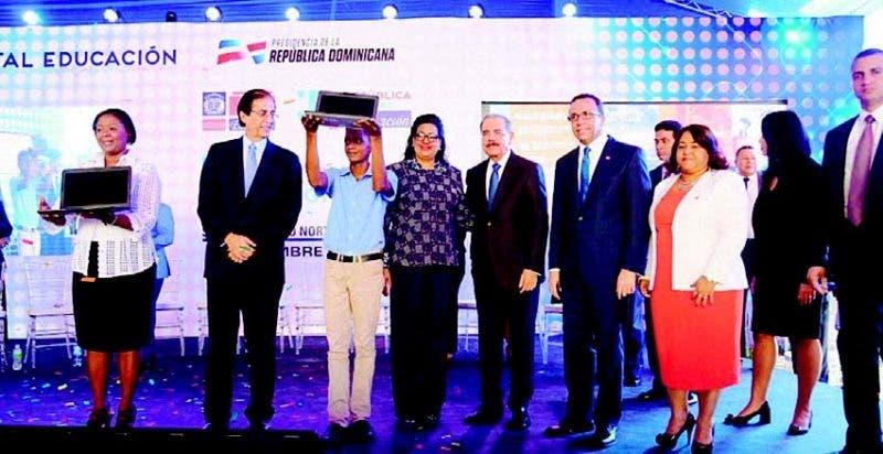 Danilo Medina, Andrés Navarro y demás funcionarios entregan laptops a la profesora Thelma Caminero y