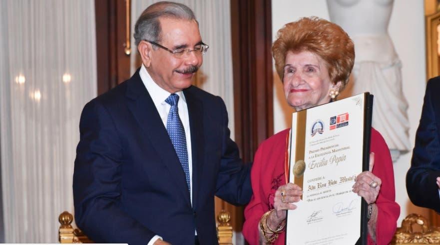 Presidente entrega medalla a la excelencia a cuatro maestras y dos centros