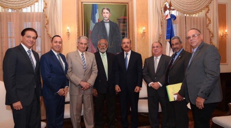 Presidente CMD realiza «visita de cortesía» a Danilo Medina previo a reinicio diálogo