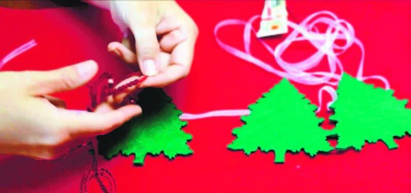 Descubre cómo hacer manualidades, artesanías y detalles decorativos con motivos navideños sin salir de casa.