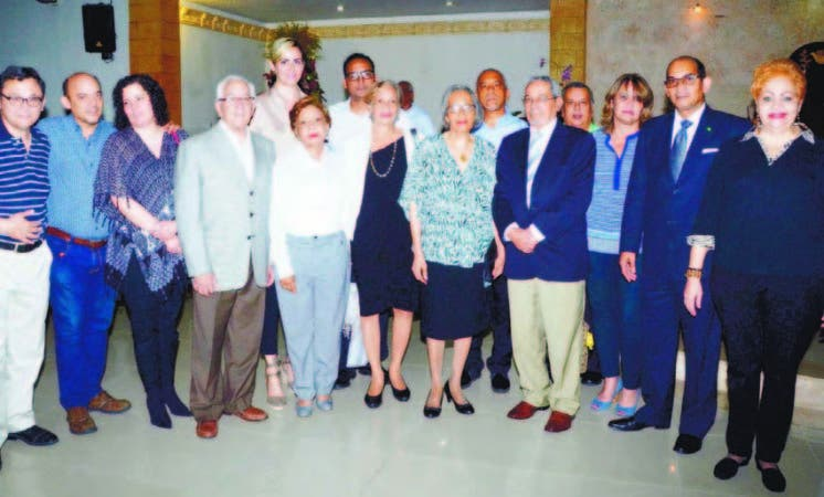 Doña Matilde Soto viuda Alvarez, junto a sus hijos Mario y Emil Alvarez; Nelson Marrero, Marien Aristy,