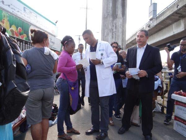 Doctor Amaury García entrega volantes