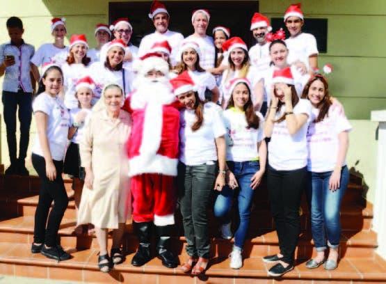 Doctor Santa junto al equipo de colaboradores.