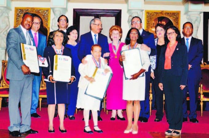 El acto de premiación se realizó en el Salón de Las Cariátides, del Palacio Naci o n a l .