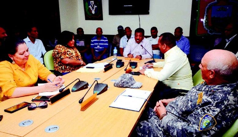 El alcalde Junior Santos y el Concejo de Regidores reunidos en la Mesa del Tránsito de Los Alcarrizo