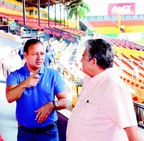 El alcalde de Santiago, Abel Martínez conversa con el presidente de las Aguilas, Winston Llenas.