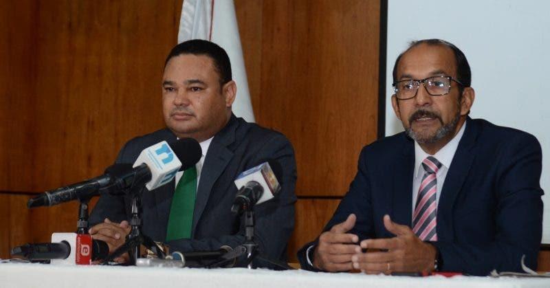 El decano del Área de Economía y Negocios del INTEC, Franklin Vásquez y el coordinador de la carrera de Economía, Rafael Espinal.