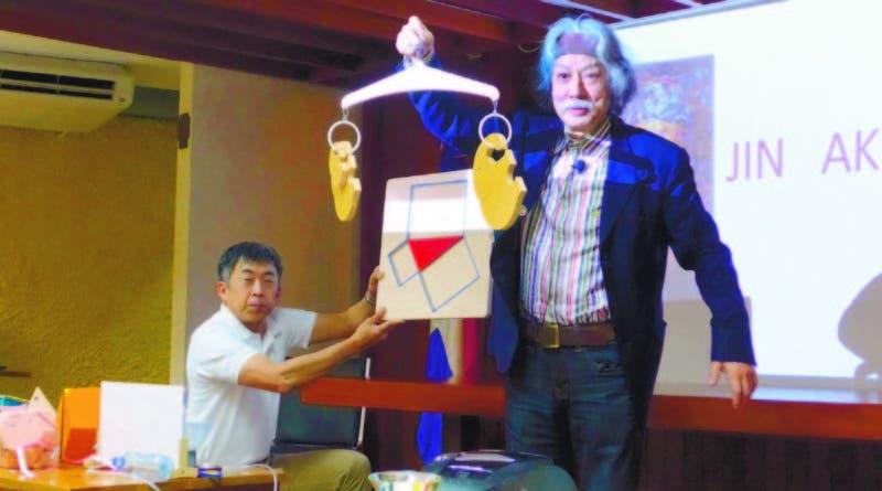 El doctor Jin Akiyama haciendo el experimento del teorema de Pitágoras