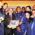 El presidente Danilo Medina en el 2014 junto a la Selección de Voleibol en Italia. Figura Marte Hoffiz