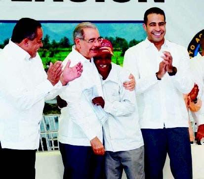 El presidente Medina felicita al nuevo propietario