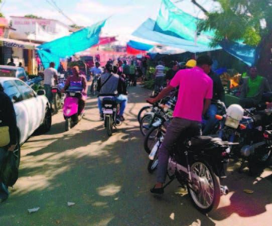 En los alrededores del mercado el caos es total