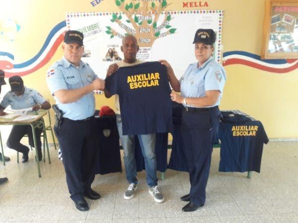 Entrega de camisetas a Auxiliares de la Policía Escolar