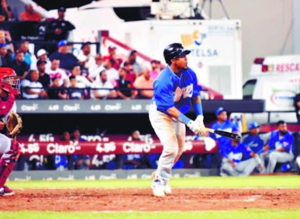 Erick Aybar al momento de conectar uno de sus tres hits de anoche ante los Gigantes del Cibao en el partido de apertura del round robin del torneo de béisbol invernal dominicano.