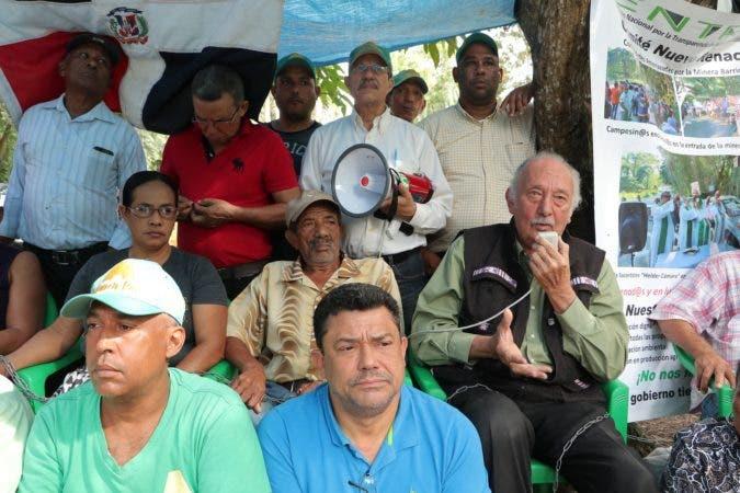 Fidelio Despradel junto a los encadenados de la Barrick Gold
