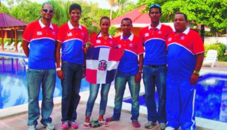 Franklin de la Cruz junto a entrenadores y atletas de la disciplina de triatlón
