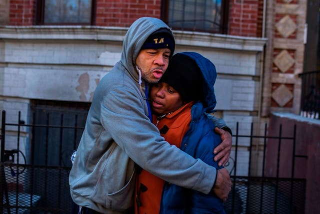 Cuatro niños y un adolescente se cuentan entre los 12 muertos el jueves al incendiarse un edificio de cinco pisos en el barrio Bronx de Nueva York, confirmó el viernes la policía.