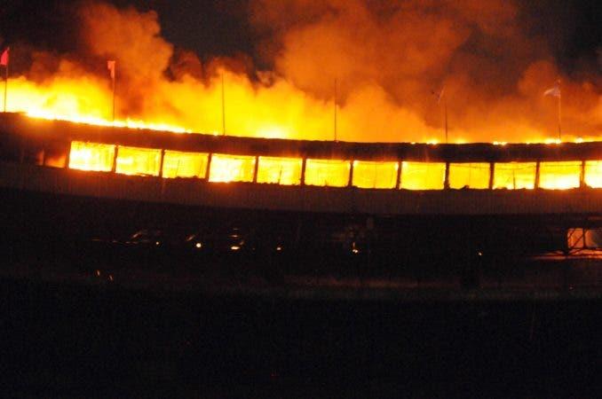 fuego destruye   el 7timo cielo del  estadio quisqueya /hoy/carlos alonzo/27/12/2017
