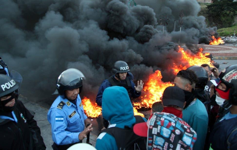 Marchas con quema de carros se toman calles de Honduras por fraude electoral