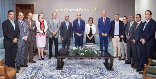 Presidente JCE se reúne con comisión  evaluará equipos