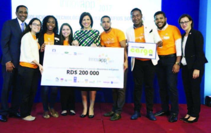 La VP Margarita Fernández de Cedeño junto a los jóvenes dominicanos del concurso Innovapp 2017