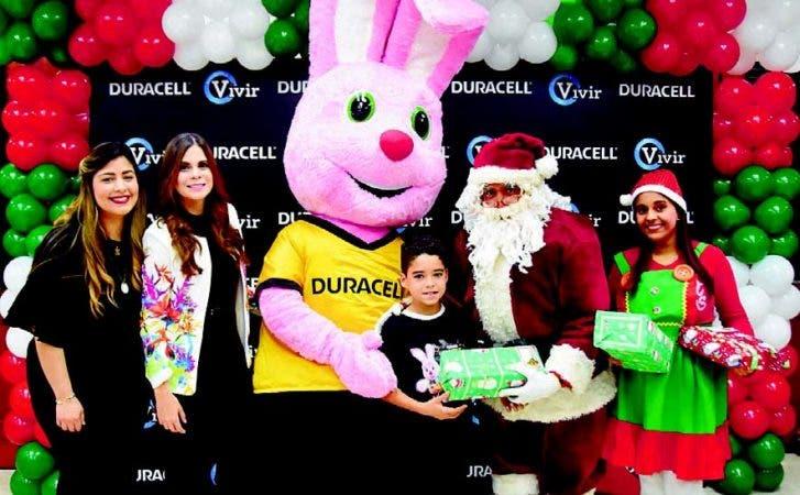 La mascota Duracell y Santa Claus, junto a ejecutivos de ambas instituciones, entregaron regalos a niños.