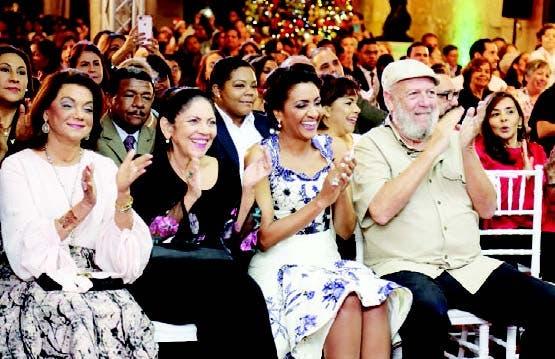 La primera dama Cándida Montilla disfruta del concierto junto a Fior
