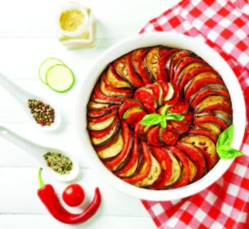 La ratatouille se prepara con tomates, cebollas, calabacines, berenjenas, pimientos y hierbas provenzales