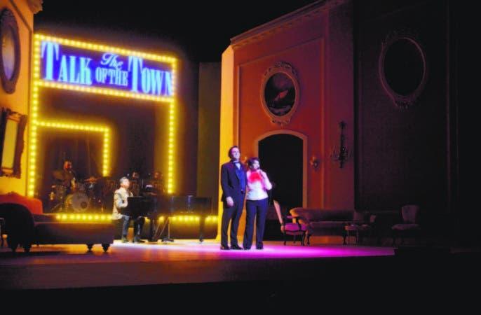 """Los actores Mario Arturo y Cecilia García encarna los papeles de Mickey Deans y Judy Garland, respectivamente, en la pieza """"Al final del arcoíris""""."""