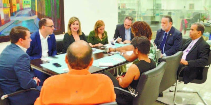 Los directivos de la Asociación Dominicana de Empresas de Seguridad (Adesinc), de izquierda a derecha Bismarck Tavárez; Adi Grimberg;