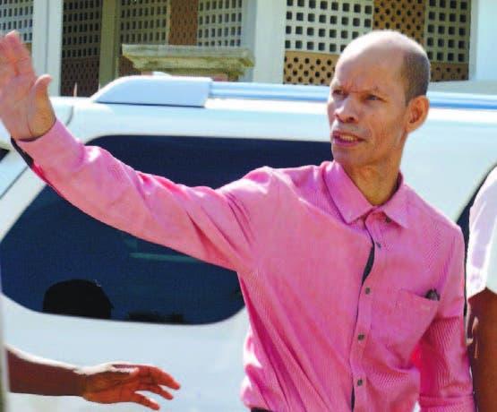 Médico Julio Gómez a su llegada al tribunal saluda compañeros