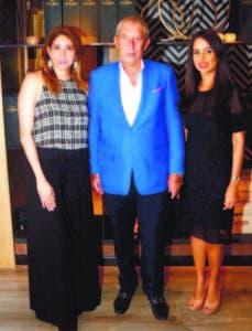 Mariano Fuster junto a Silvia Rosales, administradora de Ágora Mall, y Vielka Piña, gerente de División de