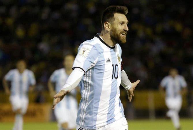 Lionel Messi, festeja un gol contra Ecuador por las eliminatorias mundialistas de Sudamérica, en Quito, Ecuador.