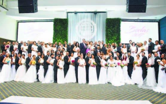 La Iglesia Monte de Dios celebra boda  a 56 parejas