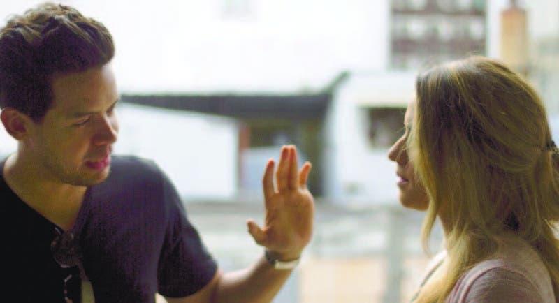 """Pedro Urrutia y Nayhalie Hazim, durante el rodaje del videoclip de la canción """"Te Cuento""""."""