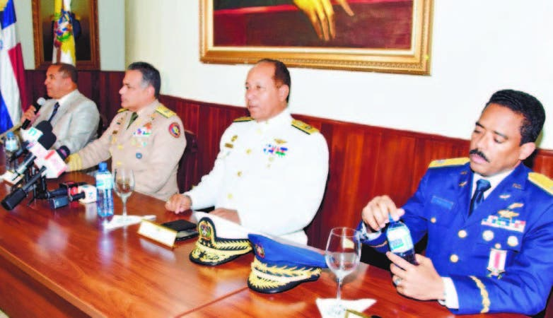 Rubén Paulino Sem junto a los generales Edmundo Félix Pimentel, Aracenis Castillo y Juan Ramón Soto