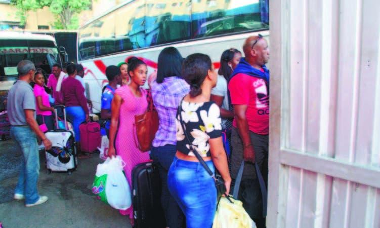 Se observó a los pasajeros cargando sus pesados equipajes para abandonar la ci u d a d
