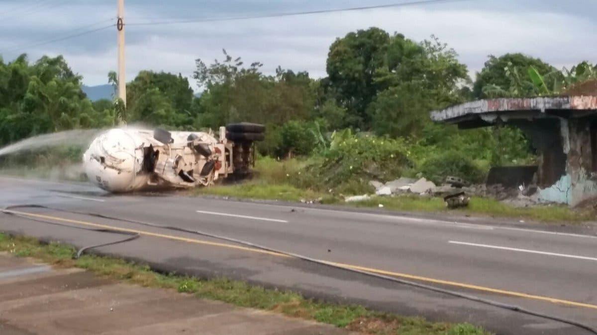 Video: Un muerto tras choque entre tanquero y camión en la autopista Duarte