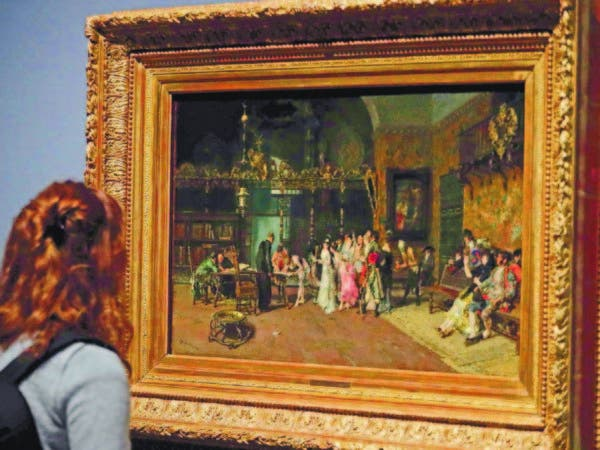 "Una mujer observa la obra ""La Vicaria"", 1870, del pintor español Mariano Fortuny."
