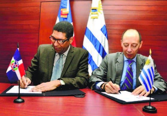 Viceministro Inocencio García y el embajador de Uruguay, Raúl Pollak.
