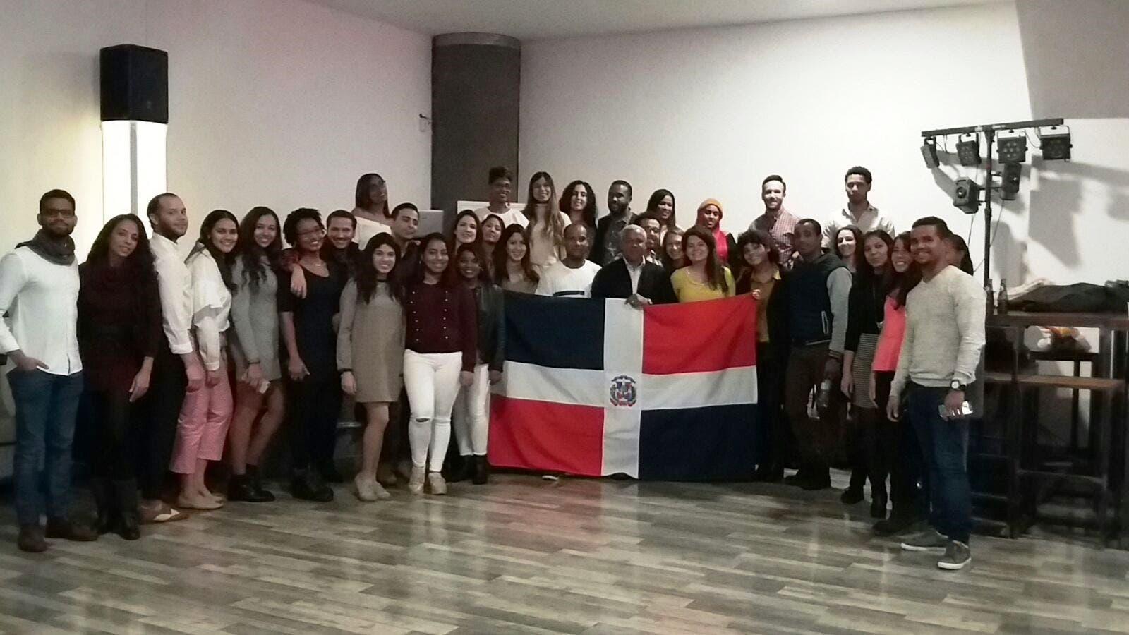 Consulado y estudiantes dominicanos comparten encuentro navideño en Francia