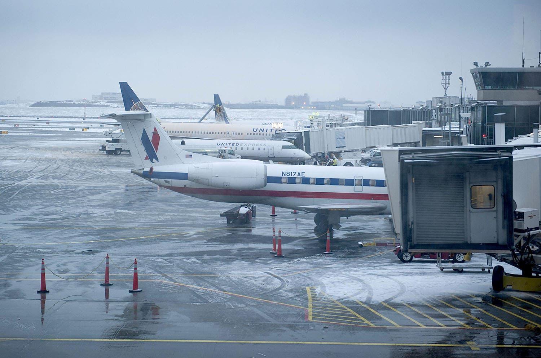 Miles de vuelos cancelados y retrasados por tormenta de nieve en EEUU