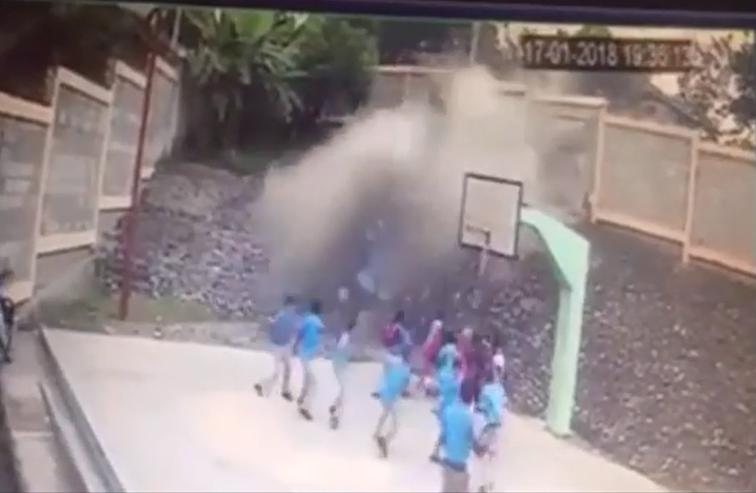 Video: Camión choca pared y penetra a la cancha de escuela en La Vega