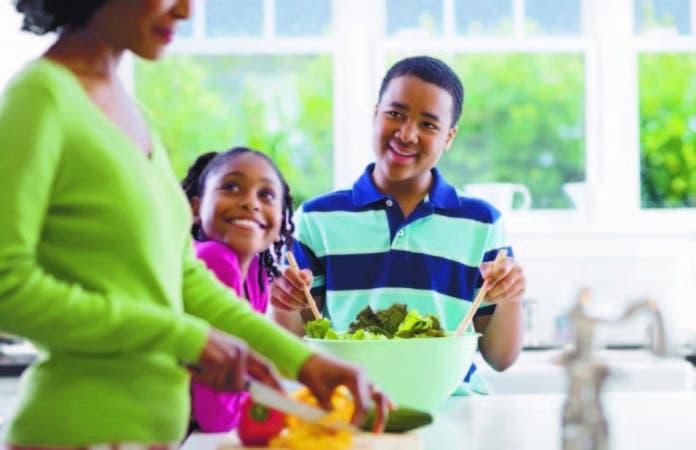 A la hora de la preparación de los alimentos, pídale a sus hijos que vengan a la cocina para que puedan ayudar en su elaboración