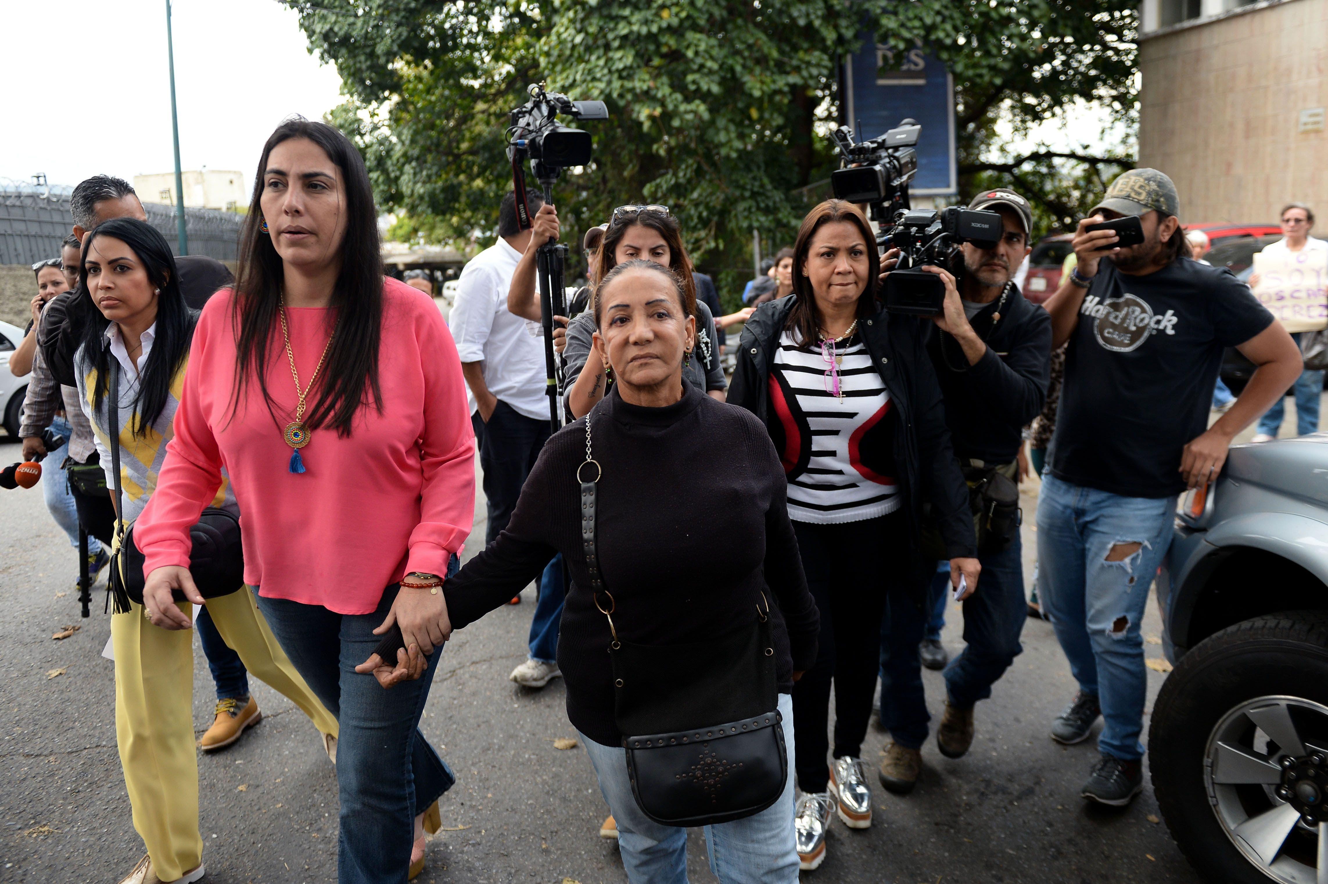 Familiares de Óscar Pérez a su llega a la morgue. AFP .
