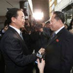 El ministro de unificación de Corea del Sur, Cho Myoung-gyon, a la izquierda, estrecha la mano del jefe de la delegación norcoreana, Ri Son Gwon, antes de su encuentro en el Panmunjom en la Zona Desmilitarizada en Paju, Corea del Sur, el martes 9 de enero de 2018. (Korea Pool/Yonhap via AP)