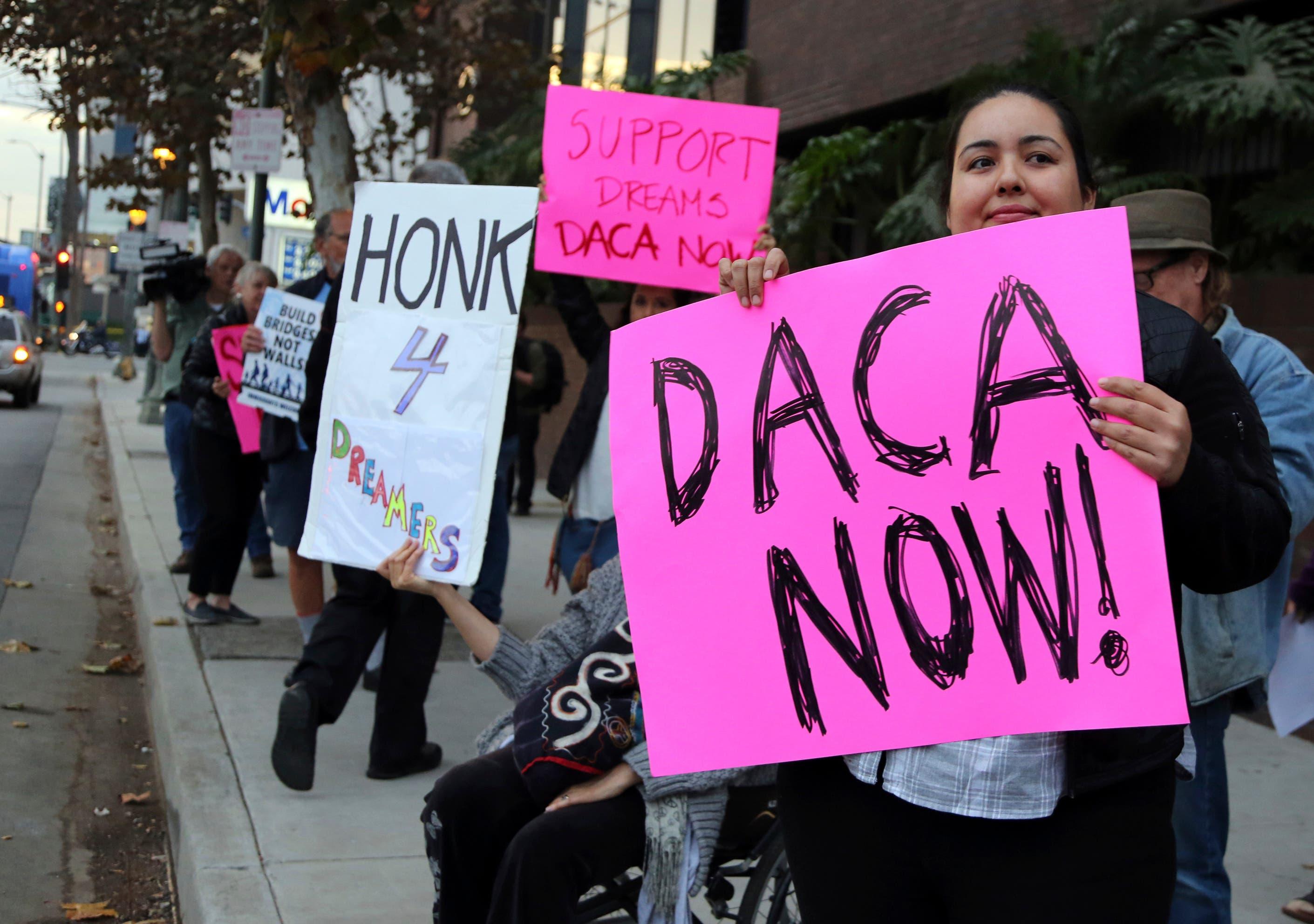 Juez de EEUU ordena a Donald Trump que reactive el plan migratorio DACA