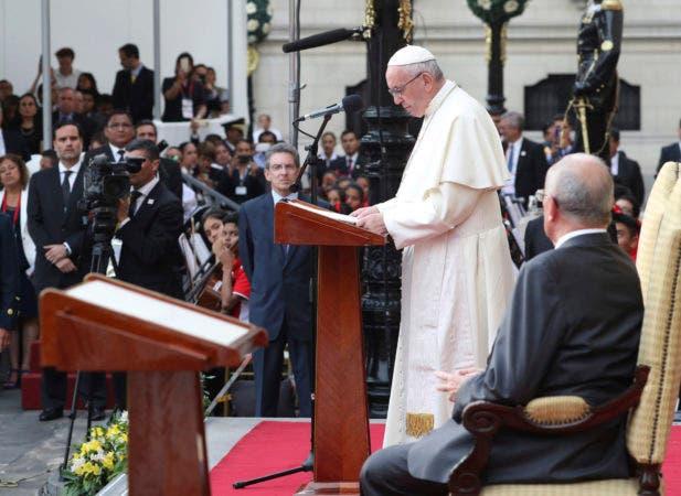 El papa Francisco da un discurso frente al presidente peruano Pedro Pablo Kuczynski durante una reunión en Lima, Perú, el 19 de enero de 2018. (AP Foto/Alessandra Tarantino)